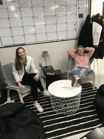 Students assemble new journalism lab lounge